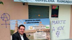 Pintadas en el el local que 'Cañas por España' ha elegido para celebrar un encuentro con Francisco Serrano