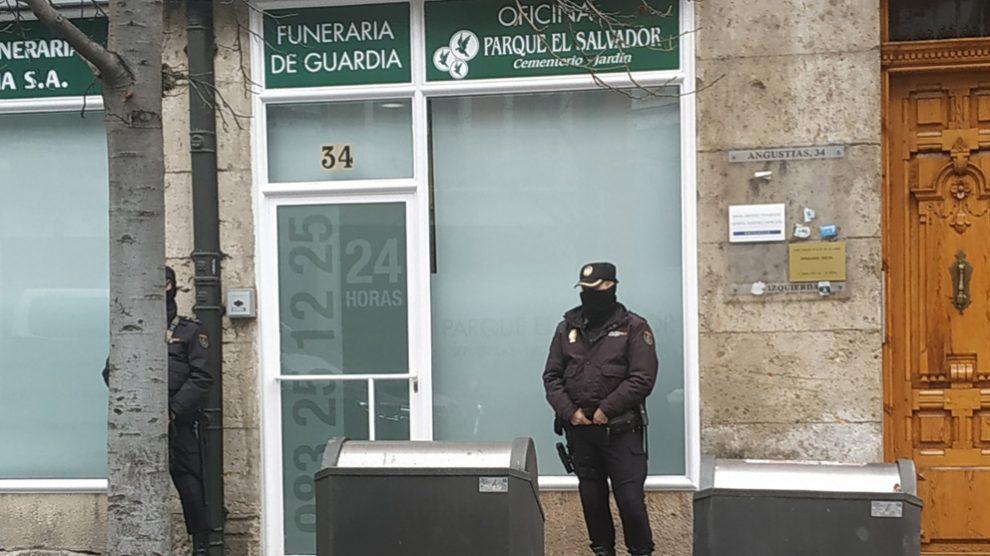 Un agente custodia la puerta de la Funeraria El Salvador, acusada de fraude. Foto: Europa Press