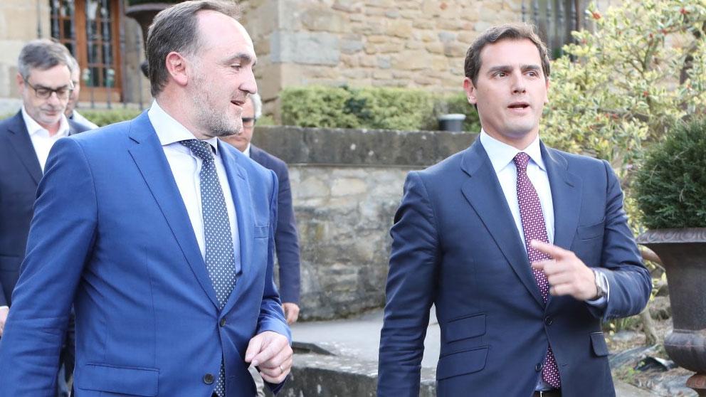 El presidente de UPN, José Javier Esparza, junto al dirigente de Ciudadanos (Cs), Albert Rivera. Foto: Europa Press