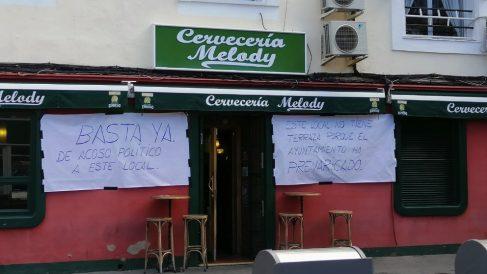 Local de la mujer del concejal de Cultura de Leganés con pancartas. (Foto. OKDIARIO)