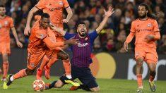 Luis Suárez pide falta ante el Lyon. (AFP)