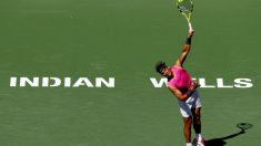 Rafa Nadal realiza un saque en Indian Wells. (Getty)