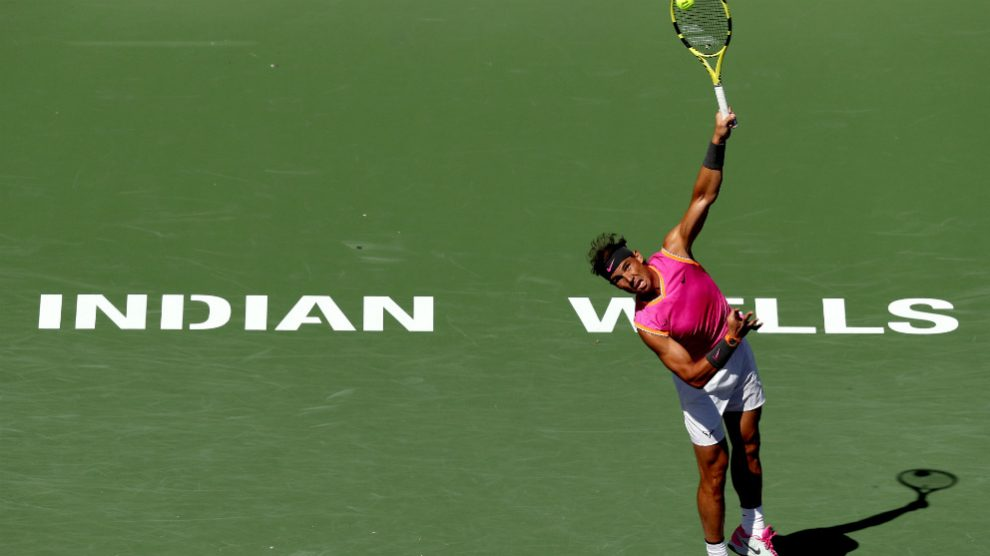 Rafa Nadal realiza un saque en Indian Wells. (Getty)