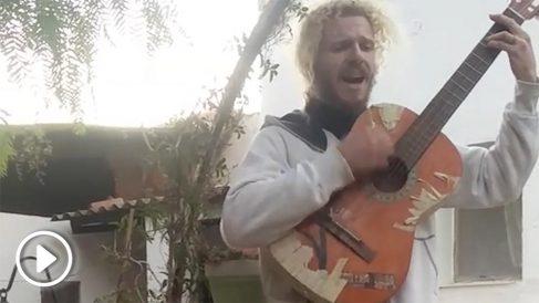 Gabriel Salvador cantando
