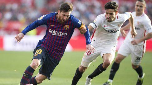 Jesús Navas agarra a Messi (AFP)