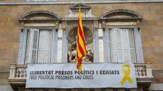 Lazos amarillos en el Palau de la Generalitat..
