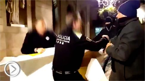 La policía de Colau impide quitar los lazos amarillos de la fachada del Ayuntamiento