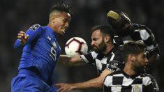 Militao salta a por un balón con tres jugadores del Boavista. (AFP)
