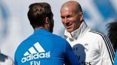 Sergio Ramos y Zinedine Zidane se saludan antes del entrenamiento. (Real Madrid)