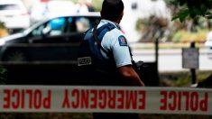 Un policía custodia el perímetro en torno al lugar donde se ha producido el atentado racista en Nueva Zelanda. Foto: AFP