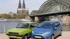 Modelos de Ford clásicos y modernos junto al Rhin en la ciudad de Colonia