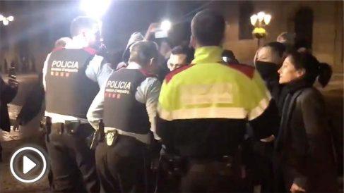 Mossos impiden quitar el lazo amarillo de la fachada del Palau Generalitat