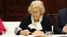 Manuela Carmena firmando un acuerdo. (Foto. Madrid)