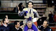 López Simón saliendo a hombros, este jueves en Valencia (Foto: EFE).