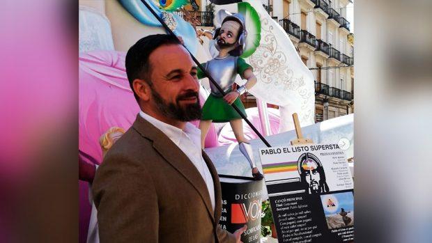 Abascal se toma con humor los 'ninots' que le caricaturizan en las Fallas y se fotografía con ellos