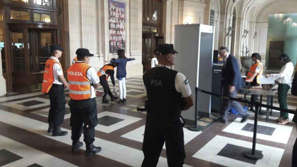 Policía aeroportuaria argentina.