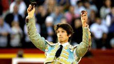 Sebastián Castella saluda al público tras cortar las dos orejas de su segundo toro (Foto: EFE).