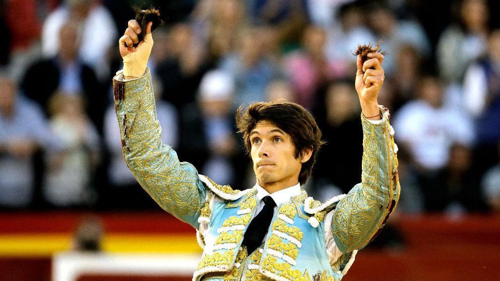 Sebastián Castella muestra los trofeos en una imagen de archivo (Foto: EFE).