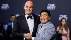 Maradona e Infantino posan en un acto de la FIFA. (Getty)