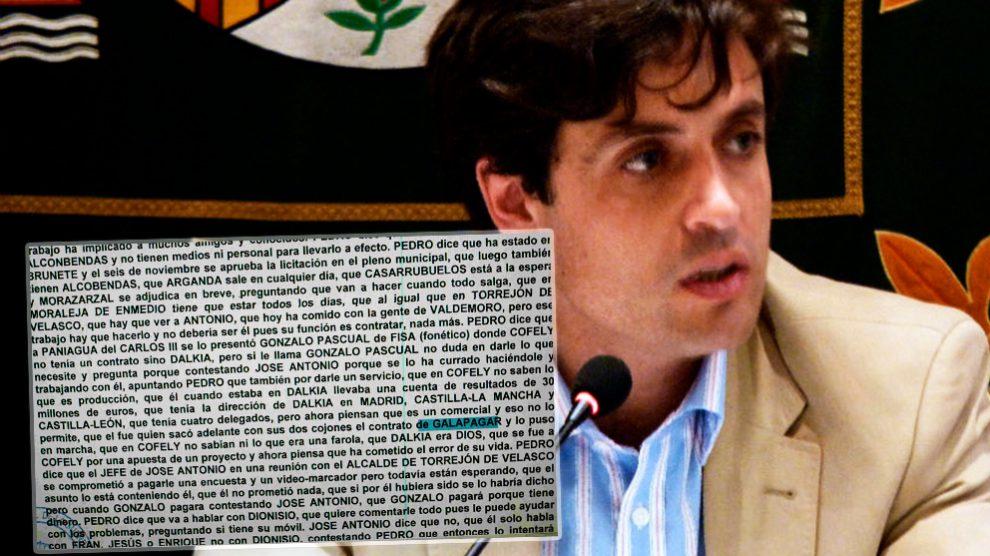 El alcalde de Galapagar, Daniel Pérez, junto al fragmento de la transcripción de un pinchazo telefónico de la Púnica.