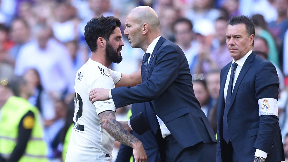 Zidane e Isco se saludan tras la sustitución del malagueño (Getty).
