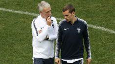 Deschamps y Griezmann hablan en un entrenamiento de la selección francesa. (Getty)