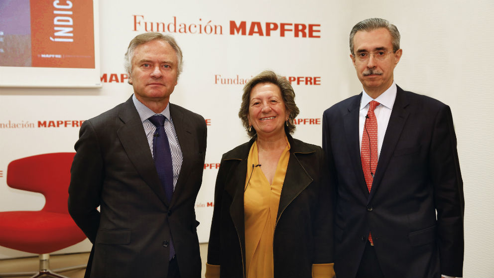 Ignacio Baeza, vicepresidente de MAPFRE, Pilar González de Frutos, presidenta de UNESPA, y Manuel Aguilera, director general del Servicio de Estudios de MAPFRE (Foto: Mapfre)