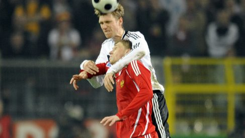 Pogrebniak y Mertesacker (AFP)