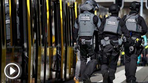 Varios agentes de la Policia holandesa en una estación de tranvía en la zona de Utrecht donde se ha producido el tiroteo. Foto: AFP