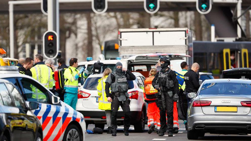 El lugar donde se ha producido el tiroteo en Utrecht acordonado por fueras del orden y sanitarios. Foto: AFP