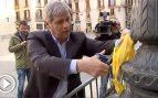 El PP catalán corta lazos amarillos de las farola del Ayuntamiento de Barcelona