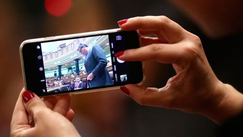 Una diputada con el móvil IPhone de ultima generación que el Congreso les da al comenzar su legislatura. Foto: Europa Press