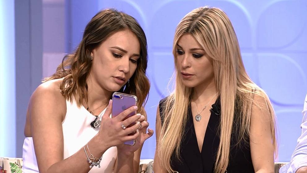 Oriana y Silvia miran mensajes en 'MYHYV'