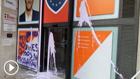 La sede de C's en Barcelona ha amanecido con pintadas realizadas por los cachorros de la CUP, el colectivo Arran.