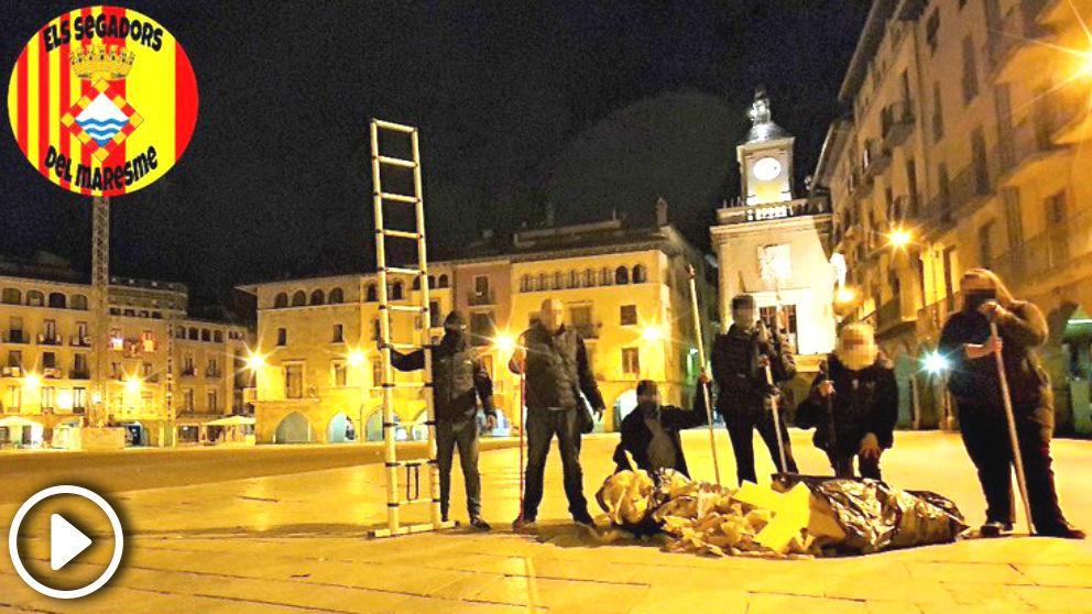 'Segadors del Maresme' retirando 50 kilos de propaganda independentista en Vic (Barcelona)