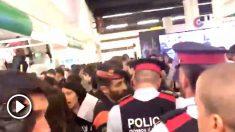 Mossos protegiendo de los CDR el stand del Ejército en el Salón de la Enseñanza de Barcelona