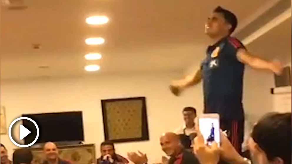 Sergio Reguilón canta en la novatada que le han hecho en la Selección Sub21.