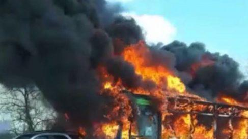 Autobús quemado en Milán (RRSS).