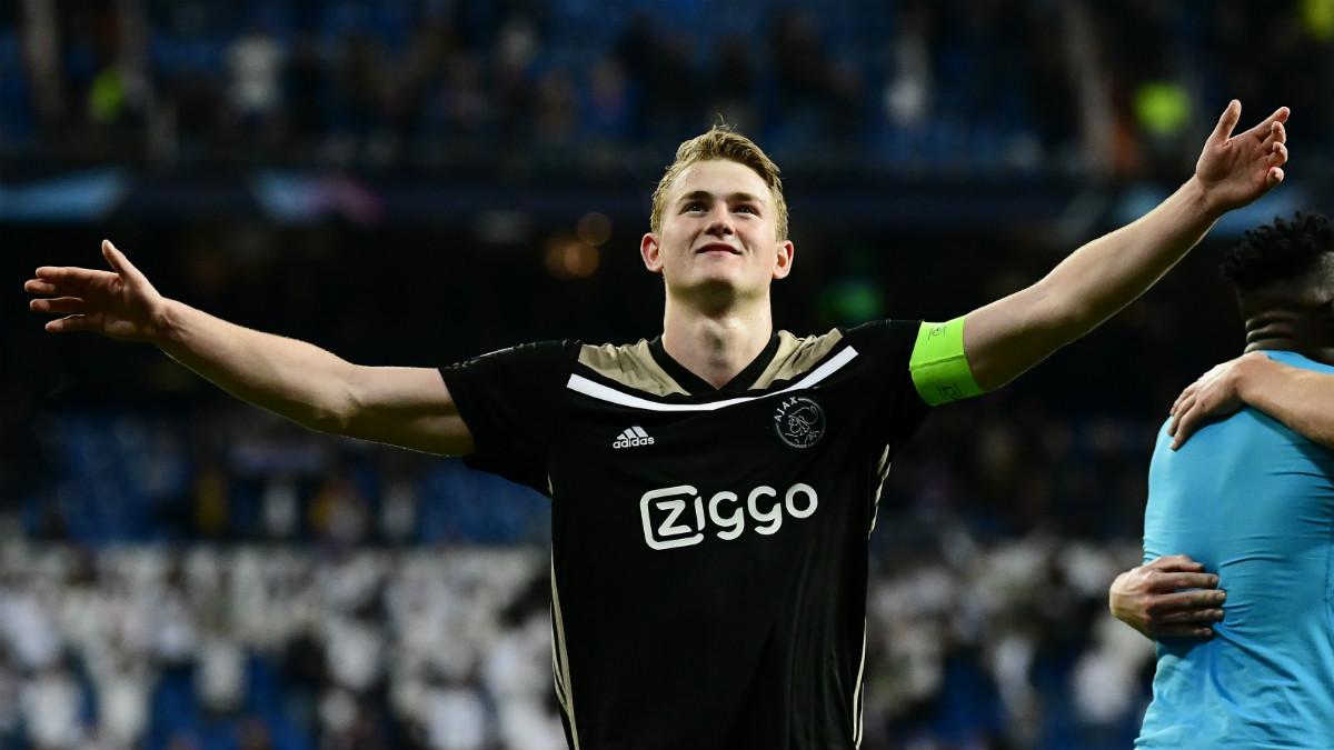 Matthijs de Ligt celebra la victoria y el pase del Ajax frente al Real Madrid, en Champions League (AFP).