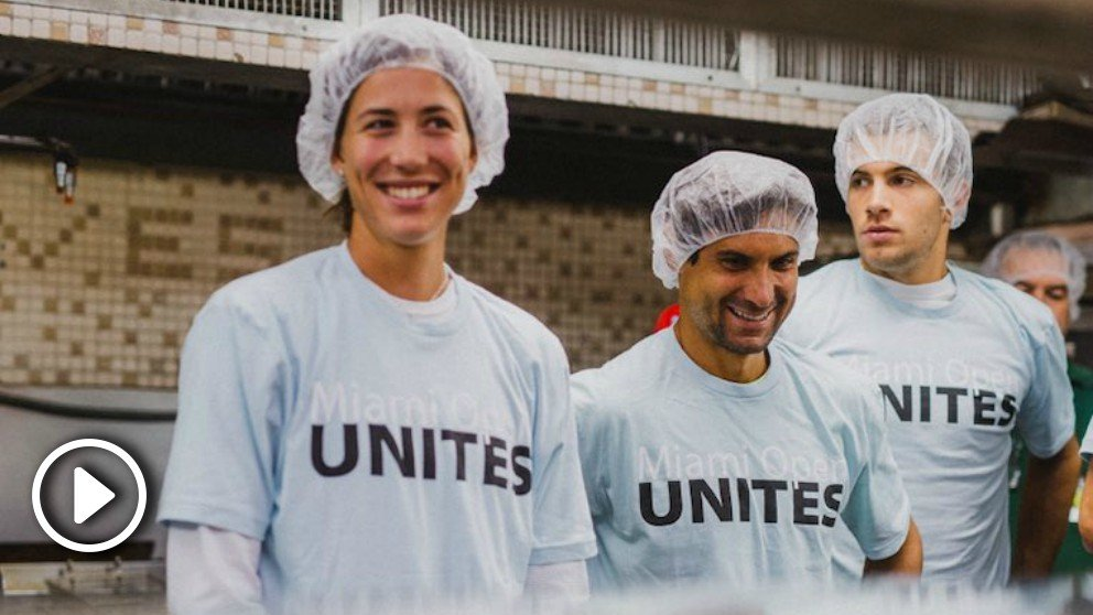 Garbiñe Muguruza y David Ferrer en el comedor social de Miami.