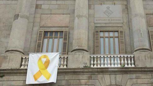 Lazo amarillo en la fachada del Ayuntamiento de Barcelona (Foto: Europa Press).