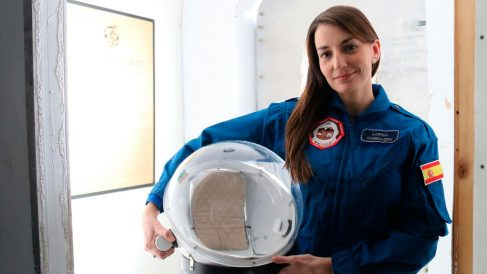 Natalia Larrea, ingeniera de telecomunicaciones por la Universidad Alfonso X El Sabio (Madrid) y con un máster en Ingeniería Aeroespacial por la Universidad McGill en Montreal (Canadá).