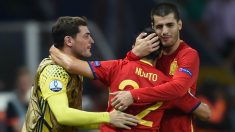 Casillas y Morata se abrazan con Nolito en un partido de la selección española. (AFP)