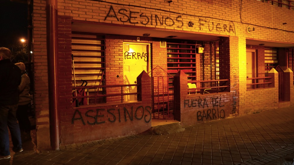 Pintadas frente a la casa del presunto asesino de Vallecas. (Foto. EFE)