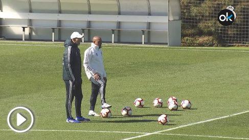 Roberto Carlos y Zidane hablan en el entrenamiento en Valdebebas.