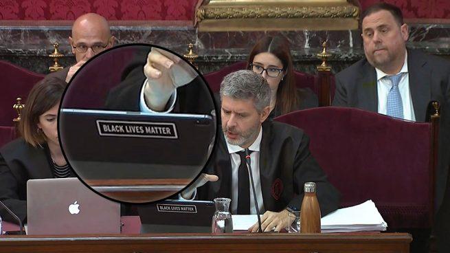 El abogado de Junqueras desafía a Marchena: pone una pegatina en su portátil contra la Policía
