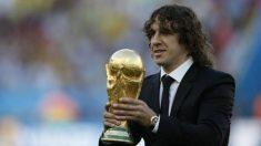Carles Puyol con la Copa del Mundo (AFP)