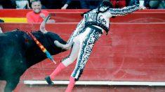 El diestro Enrique Ponce resultó herido durante la faena de muleta al quinto toro de la corrida del martes en la feria de Fallas de Valencia. Foto: EFE