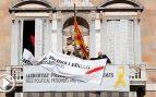 Quim Torra se ríe de la Junta Electoral Central y sustituye el lazo amarillo por uno blanco con la misma pancarta