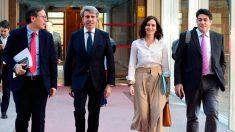 Isabel Díaz Ayuso e Ignacio Garrido en los pasillos de la Comunidad de Madrid.